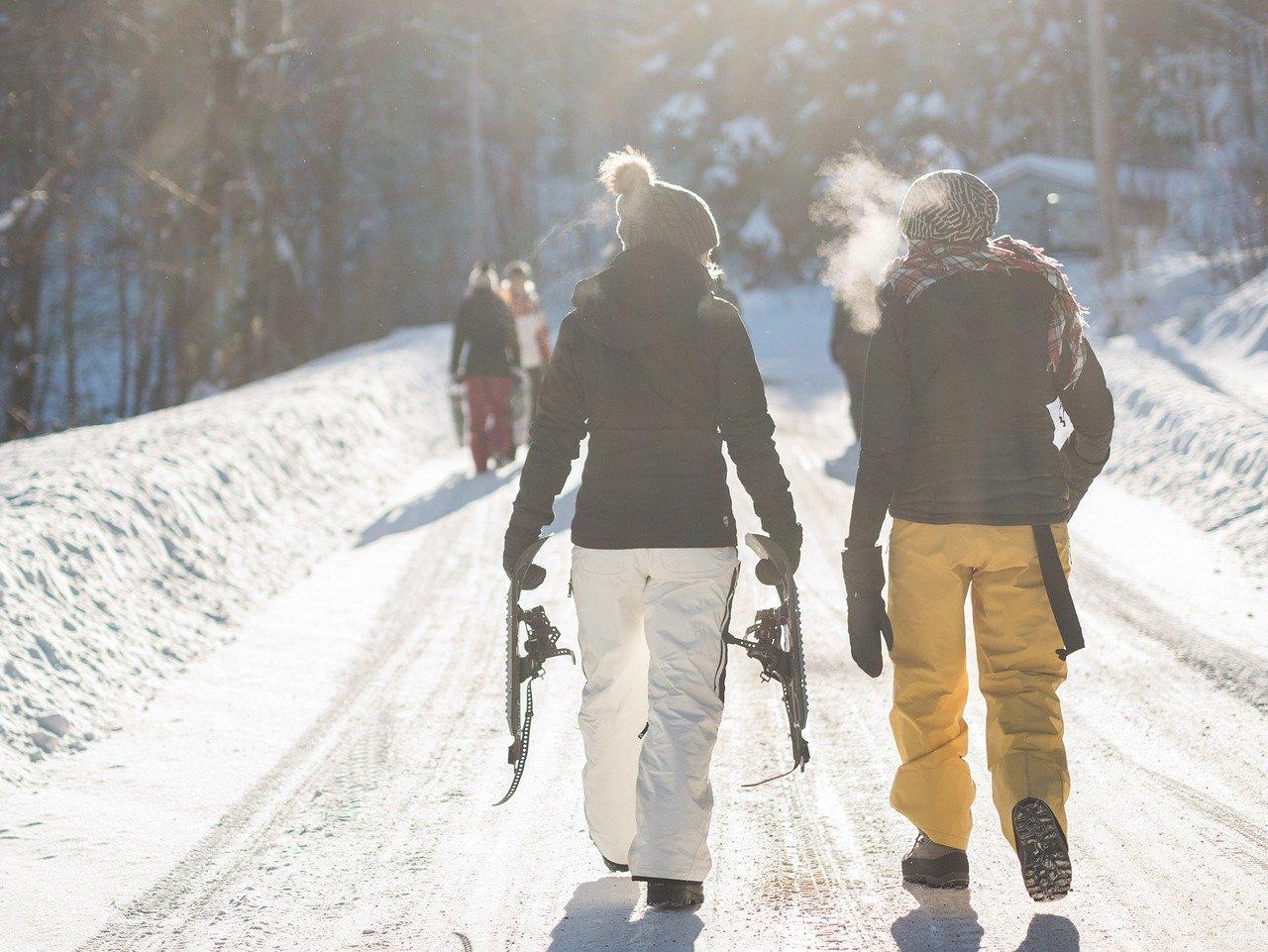 Schneeschuhe Schneewanderung frische Luft Sonnenschein auf Schnee