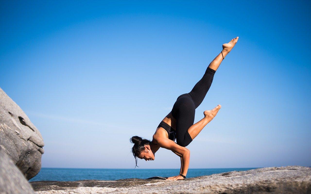 Yoga Urlaub in den Bergen Meer im Hintergrund Frau gelenkig